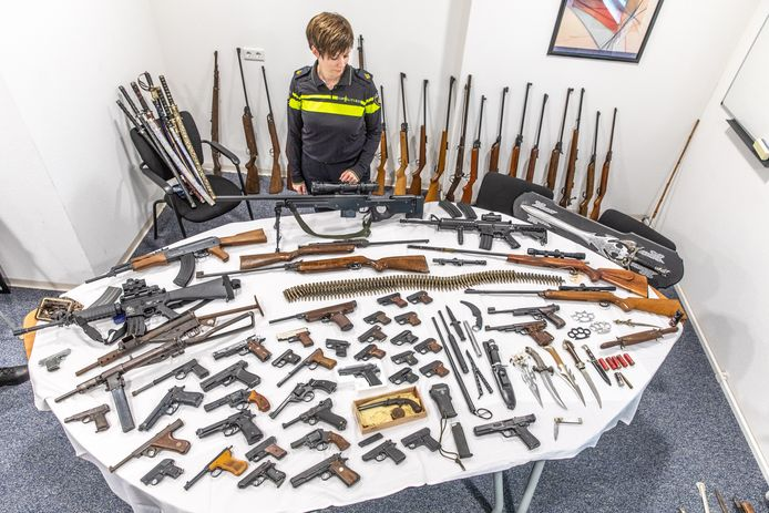Bij de politie IJsselland kwamen vorige week ruim 400 wapens binnen.