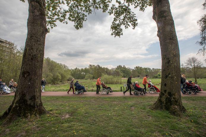 Vrijwilligers van Samen voor Geldrop-Mierlo wandelen met bewoners van De Akert
