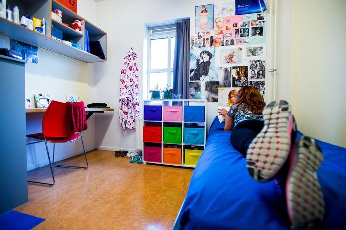 Een bewoonster in haar kamer bij een opvanghuis voor slachtoffers van loverboys.