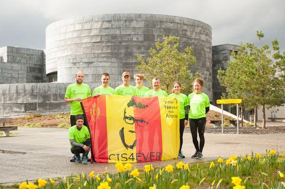 Een deel van de loopploeg van 'Cis4Eever', met zowel lopers als reservelopers. Van links naar rechts: Anke Gooijer, Tobias Hendrickx, Michel Liessens, Bjorn Jagt, Stanne Hendrickx, Peter Dehaes, Pérégrine Pipelers en Ine Gooijer. Frank Claus, Siska Hendrickx en Frederik Degraeve ontbreken op de foto, maar staan ook paraat om zondag mee te lopen.