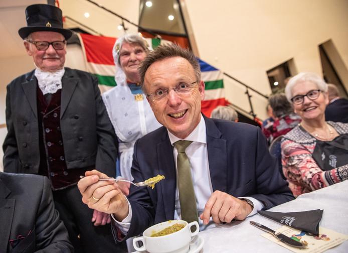 Commissaris van de Koning René Paas laat zich de snert goed smaken.