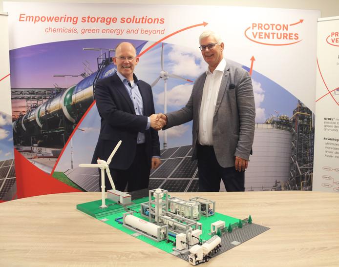 Kees Koolen (CEO Koolen Industries) en Hans Vrijenhoef (CEO Proton Ventures) beklinken de miljoeneninvestering.