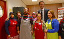 Mark Rutte met vrijwilligers van 't Ni-je Terphoes. Zij verzorgden een lunch voor de premier.