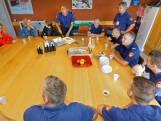 Gedupeerden van brand in Breda bedanken brandweerlieden met een taart