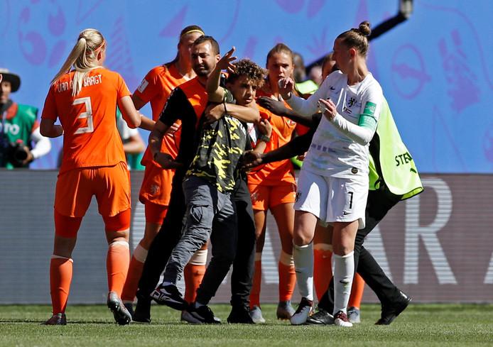 Sari van Veenendaal schrikt op het moment dat er na de wedstrijd een supporter het veld op komt gerend.