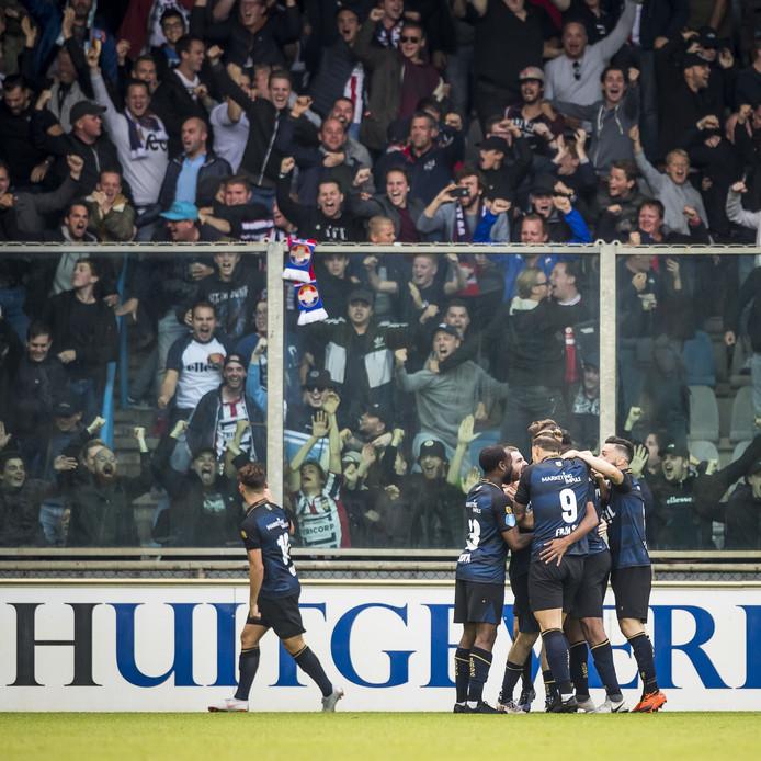 Het volle uitvak in Doetinchem, waar Willem II met 2-1 onderuit ging bij De Graafschap.