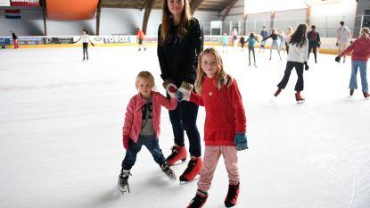 Als zelfs het zwembad niet meer volstaat: gezinnen zoeken verkoeling op schaatsbaan in Haasrode