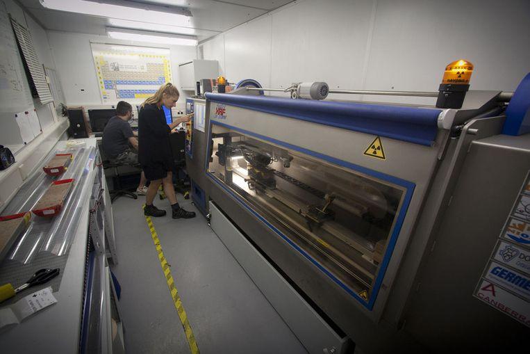 De gigantische röntgenscanner biedt de wetenschappers een kijkje in het klimaatverleden van woestijnstof. Beeld Ronald Veldhuizen