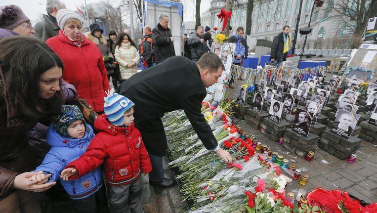 Oekraënse bevolking legt bloemen aan het monument in Kiev voor de Maidan-activisten die er tijdens een protestactie tegen de overheid precies een jaar geleden om het leven kwamen.