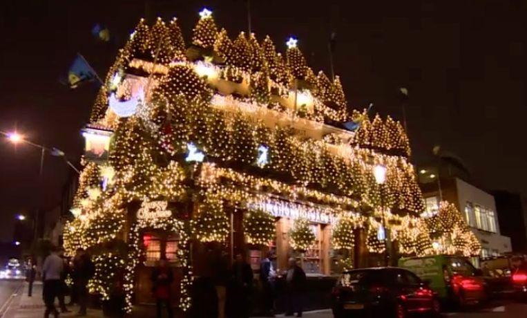 Pub versierd met kerstbomen