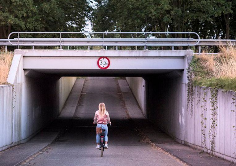 Een meisje fietst onder een viaduct door (het meisje op de foto komt niet voor in het verhaal). Beeld Linelle Deunk