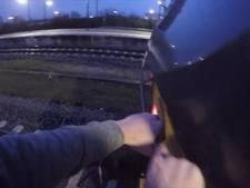 Treinsurfer haalt levensgevaarlijke stunt uit