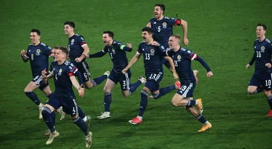 Feest bij de Schotten na de beslissende strafschop in Belgrado.