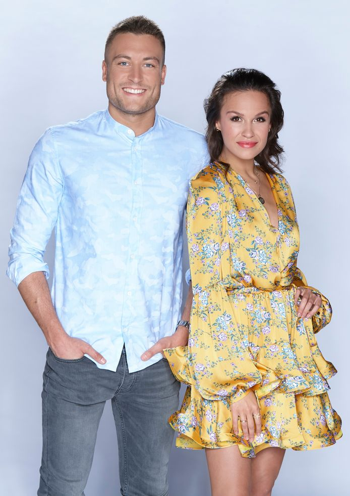 Viktor, de zoon van Studio 100-baas Gert Verhulst, en Holly Mae presenteren Love Island.