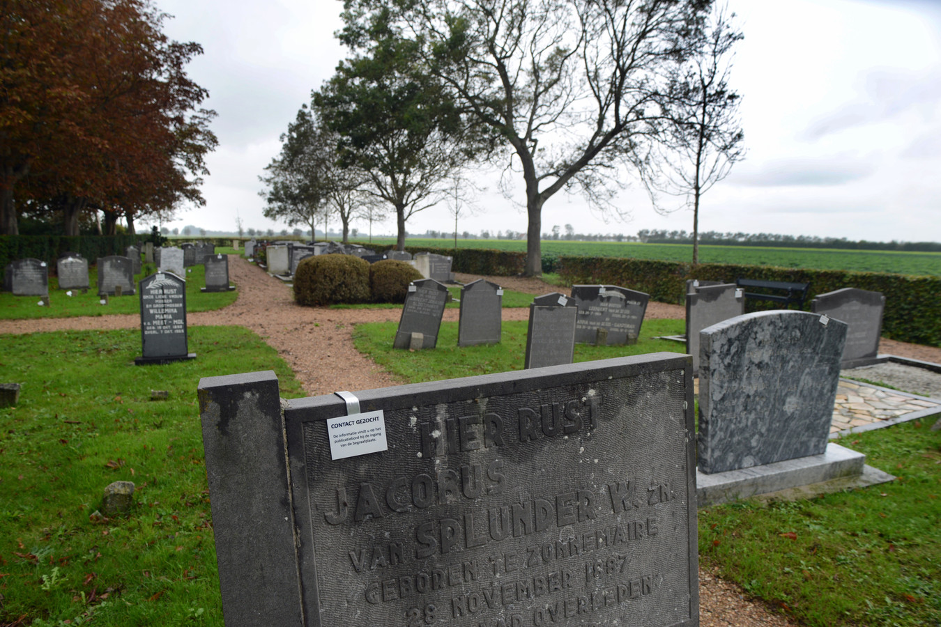 Op de begraafplaats in Zonnemaire staan bordjes waarmee rechthebbenden worden opgeroepen contact op te nemen met de gemeente. Eerder speelde ditzelfde ook al in Bruinisse.