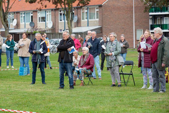 Op het grasveld naast Baptistenkerk De Bron begonnen zo'n honderd gelovigen de zaterdag met een zangdienst.