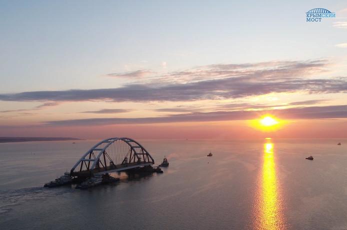 Een onderdeel van de Krimbrug wordt naar de juiste locatie gevaren