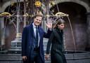 Premier Rutte en zijn assistent Caroline Hermans bij aankomst op het Binnenhof