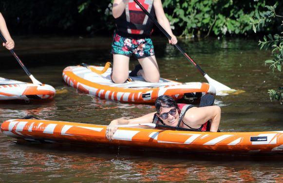 Na een deugdoende plons in het water kropen de deelnemers terug op hun plank