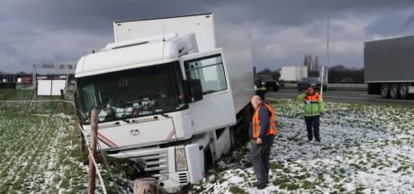 Vrachtwagen rijdt sloot in op A58 bij Gilze
