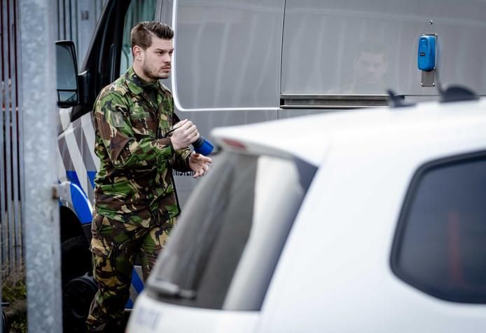 De Explosieven Opruimingsdienst Defensie (EOD) aan het werk bij ABN Amro aan de Bolstoen in Amsterdam.