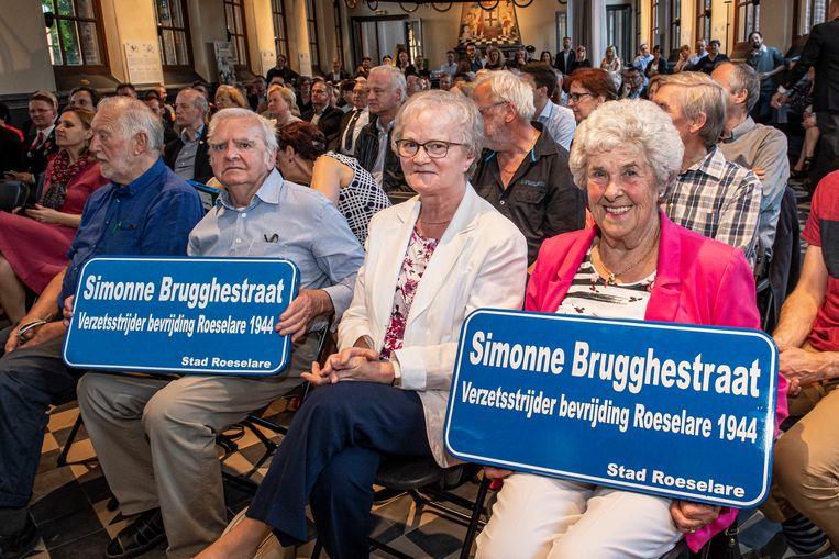 De familie Brugghe (met tweede van links Jozef) is dolblij dat Simonne 75 jaar na datum toch erkenning krijgt.