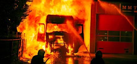 Vrachtwagen in lichterlaaie in Doesburg, chauffeur raakt ernstig gewond