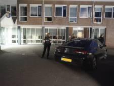 Agenten in kogelvrije vesten omsingelen gemeentehuis Bunschoten, blijkt loos alarm
