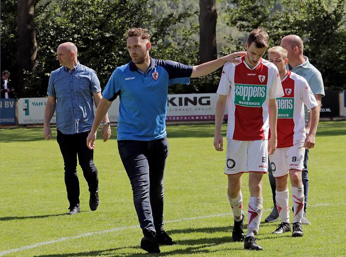 Tom van Dalen troost zijn spelers