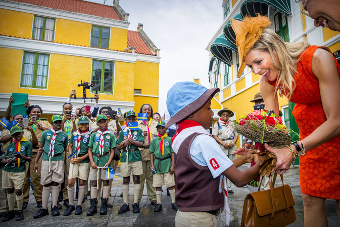 Koningin Máxima begroet een van de kinderen die haar en koning Willem-Alexander welkom heten bij het paleis van de gouverneur van Curaçao Lucille George-Wout tijdens het tweedaags bezoek van het koningspaar aan het eiland.