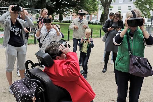 Een VR-wandeling in het Jan Cunenpark, waar over twee weken attracties staan.