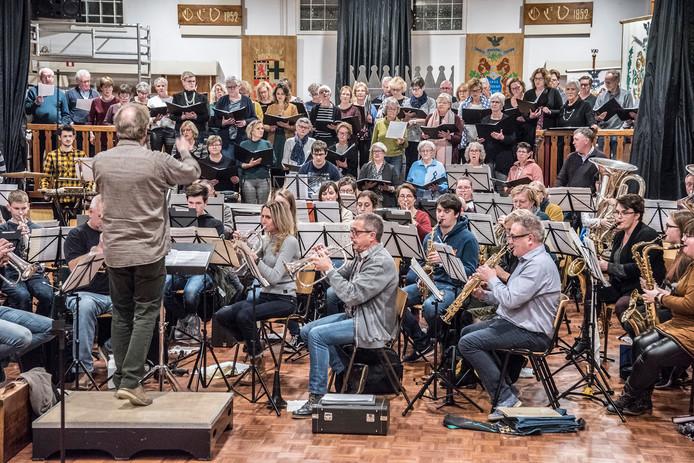 Nieuwjaarsconcert van het koor Vivace en de Harmonie van Millingen die dat samen doen in Weense sferen met dansers van Hofdansvereniging Les Precieuses Ridicule.