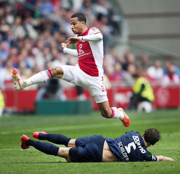 Ricardo van Rhijn van Ajax (L) in duel met FC Twente-speler Robbert Schilder Beeld anp