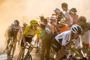 De favorieten voor het klassement passeren de uitzinnige wielerfans op de Alpe d'Huez.