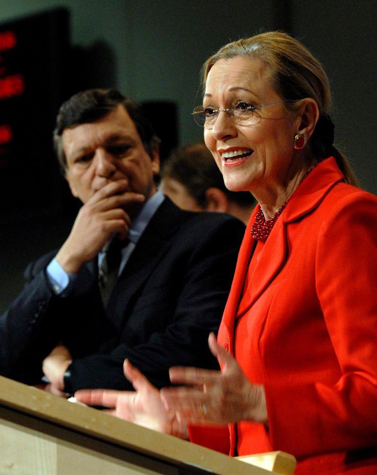 De Oostenrijkse Benita Ferrero-Waldner, Europees Commissaris onder voorzitter Barroso (links), werd in strijd met de regels vrijwel direct na haar Brusselse werk consultant/lobbyist bij Gamesa. Beeld ap
