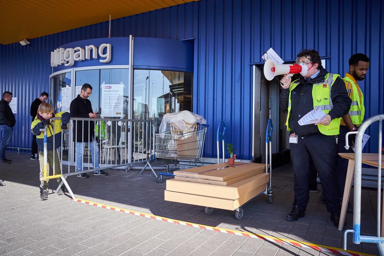Klanten voor de afhaalbalie van de verder gesloten Ikea Delft. De Europese Centrale Bank doet 'alles' om de Europese economie straks weer op gang te krijgen. Beeld ANP