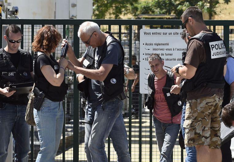 Franse politie voor de ingang van het gasbedrijf. Beeld afp