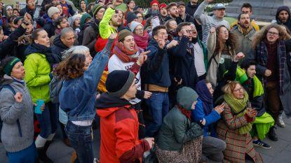 200 klimaatactivisten brengen nacht door aan Troonplein, Kamercommissie stemt over herziening Grondwet