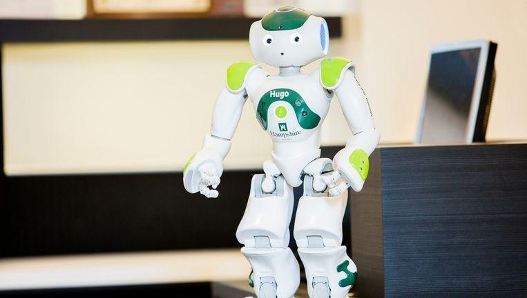 Robotje Hugo tijdens zijn eerste werkdag Beeld Hampshire