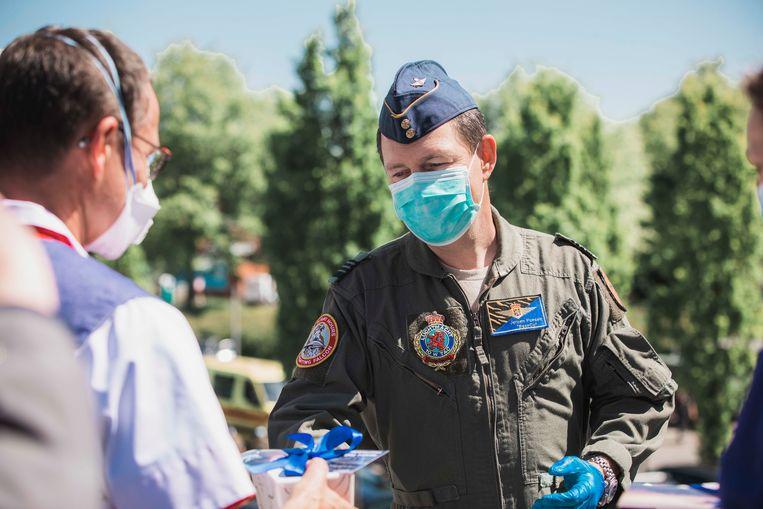 Luchtmachtbasis Kleine Brogel brengt een saluut aan het Mariaziekenhuis en patiënte Sonja.