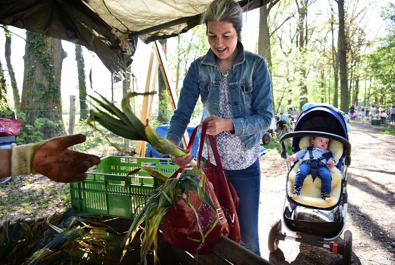 Deelnemende burgers halen hun deel van de oogst op. Beeld Marcel van den Bergh