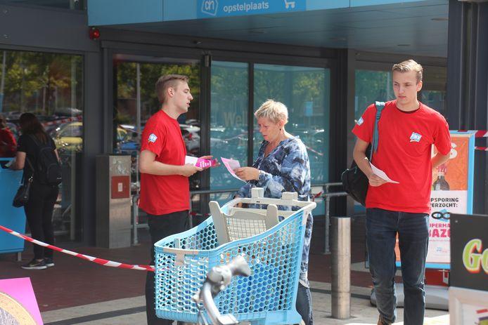 Flyers uitdelen en in gesprek gaan met voorbijgangers was onderdeel van de protestactie van FNV Jong in Zutphen.