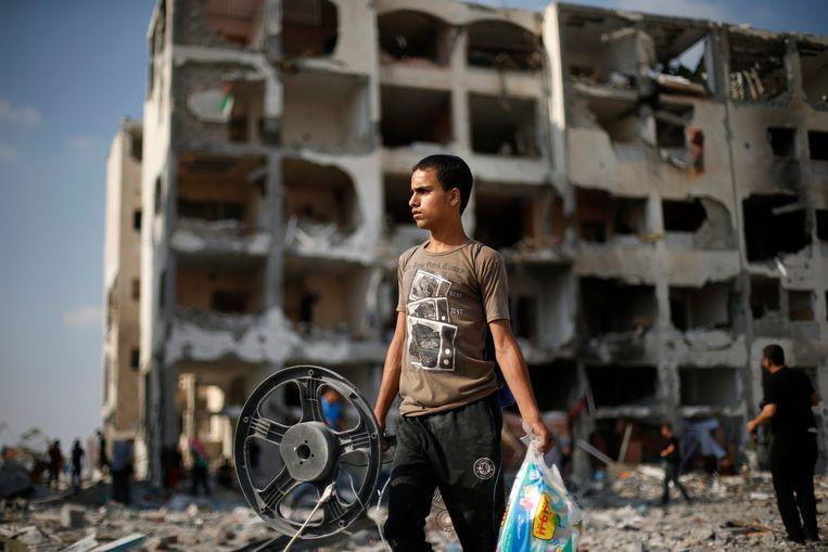 Een Palestijnse jongen in het door Israëlische luchtaanvallen verwoeste dorp Beit Lahiya. Beeld reuters