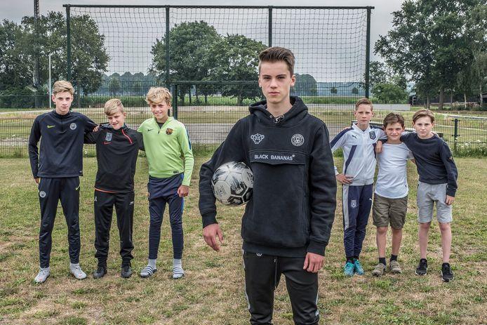 Tycho van Loon en zijn vrienden op het veldje waar nu niet gevoetbald kan worden.