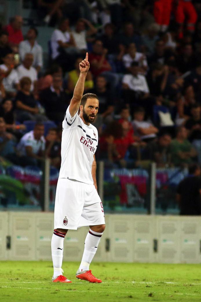 Gonzalo Higuaín viert zijn eerste treffer namens AC Milan.