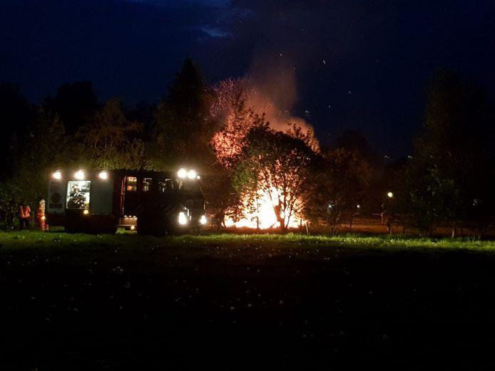 De brandweer had de vlammende takkenbult in Klarenbeek snel geblust.