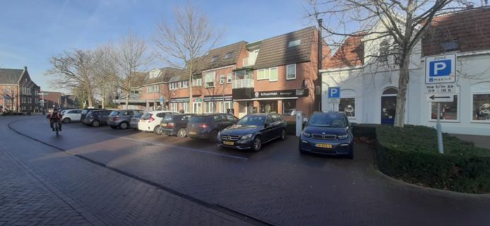 Elektrische auto's aan de dubbele laadpaal in de Rapenburgsestraat in Lichtenvoorde.