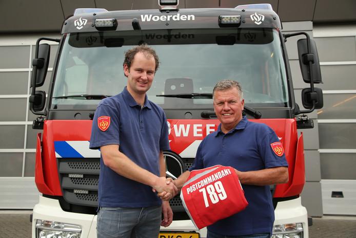 Na bijna 41 jaar trouwe dienst waarvan de laatste 12 jaar als postcommandant neemt William van Leeuwen (rechts) definitief afscheid van Brandweer Woerden en draagt met vertrouwen het commando over aan Erik Esteie (links).