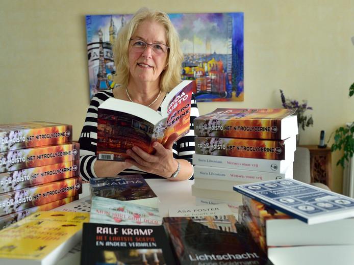 Edith Sybesma van de Uitgeverij Stortebeeker in Waddinxveen te midden van een aantal door haar vertaalde boeken van Zweedse en Duitse auteurs.