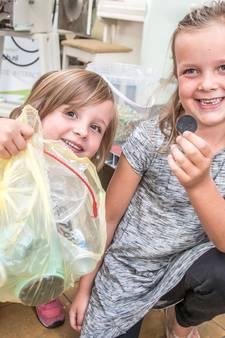 Kaia (7) helpt met het recyclen van Zwols plastic